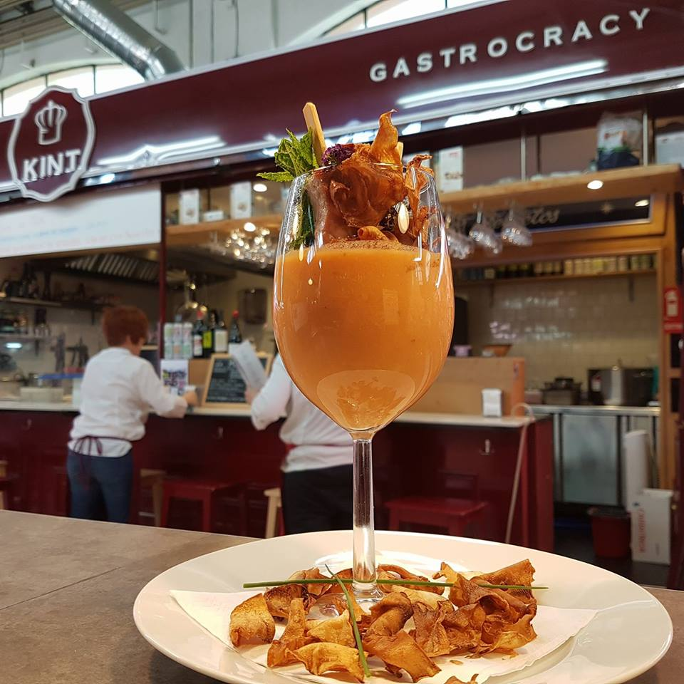 Gazpacho en copa con brochetas de atún