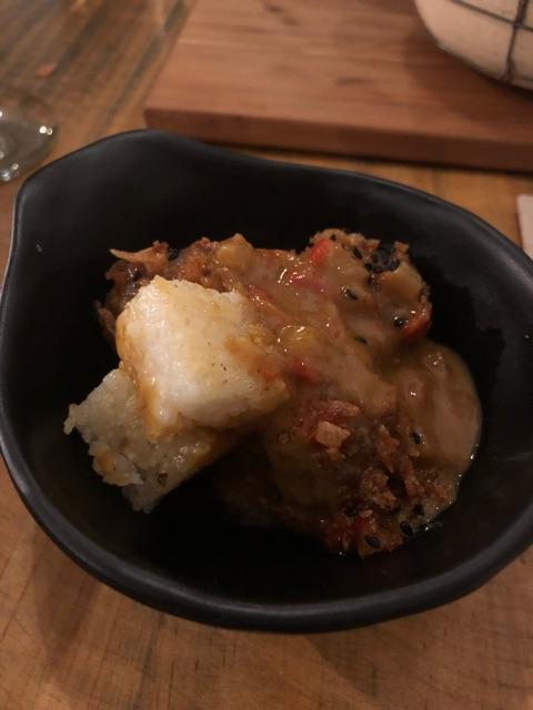 Albóndigas en guisito de curri rojo acompañado de arroz de sushi