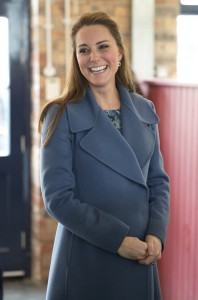 Kate-Middleton-Visits-Pottery-Factory (2)