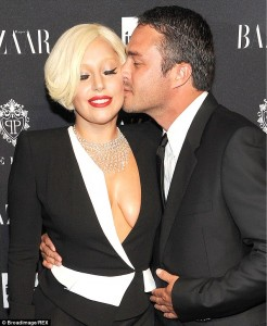 25D10D6C00000578-2960898-So_in_love_Lady_GaGa_and_Chicago_Fire_actor_Taylor_Kinney_have_d-a-4_1424396068387