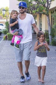 2AEACD6900000578-3178019-Hands_on_Monday_evening_saw_Scott_Disick_back_on_Daddy_duty_taki-m-1_1438153361870
