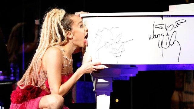 miley-piano-lick-getty-946