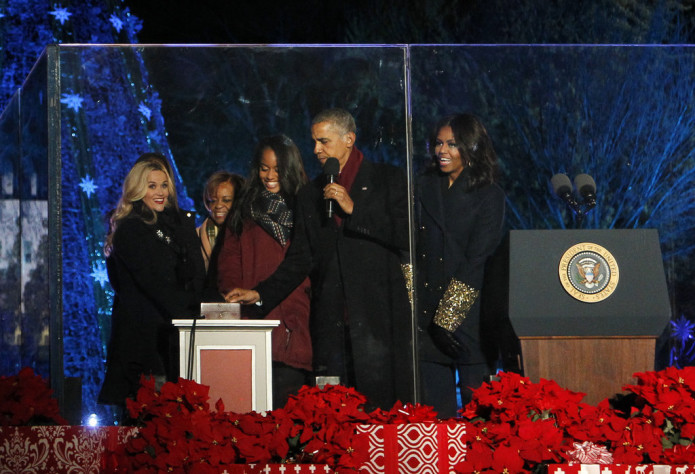 Reese-Witherspoon-Obamas-Light-National-Tree-2015 (1)