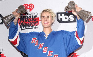 justin-bieber-wins-male-artist-of-the-year-2016-iheart-radio-awards-social (1)