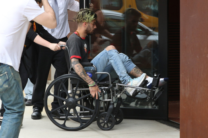 AG_832787 - New York, NY  - Zayn Malik arrives to girlfriend Gigi Hadid's apartment in a wheel chair. The 24-year-old singer seems to have injured his left leg. Zayn gets some help getting inside.  Pictured: Zayn Malik  AKM-GSI 29 APRIL 2017    Maria Buda (917) 242-1505 mbuda@akmgsi.com   Alex Kantif (310) 347-8241 Alex@akmgsi.com or sales@akmgsi.com
