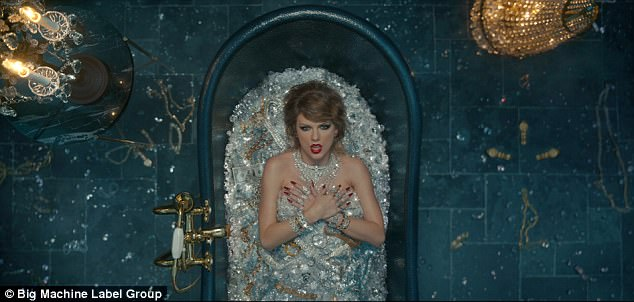 43A027C500000578-4828736-In_another_scene_Taylor_bathes_herself_in_diamonds_as_the_lyrics-a-2_1503893507846
