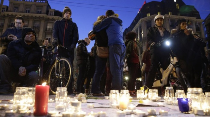 Un grupo de personas se consuelan tras un atentado.