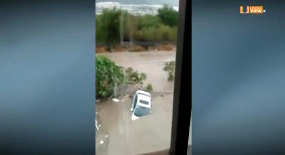 Video de los vehículos arrastrados por la corriente ayer en Santa Catarina