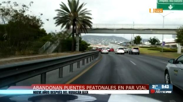 Peligro en el Par Vial de la ciudad de Monterrey. Mire los puentes peatonales