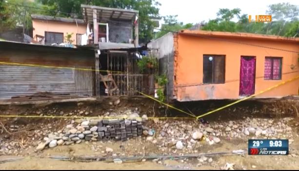 Algunas viviendas en la colonia Altamira están a punto de derrumbarse. #FernandMTY