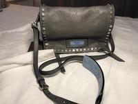 Small studded glaze etiquete leather shoulder bag