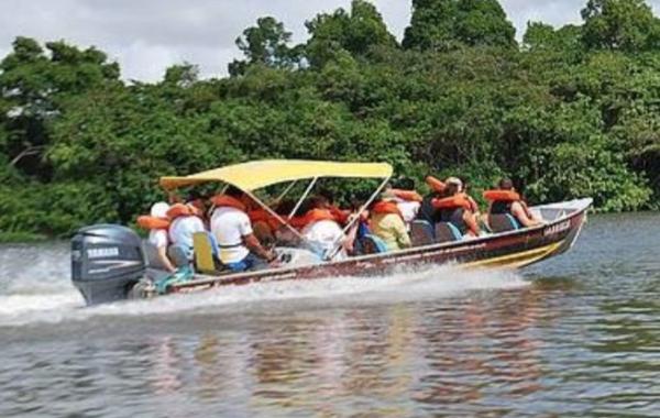 Take a speedboat trip up the Rio Preguiças
