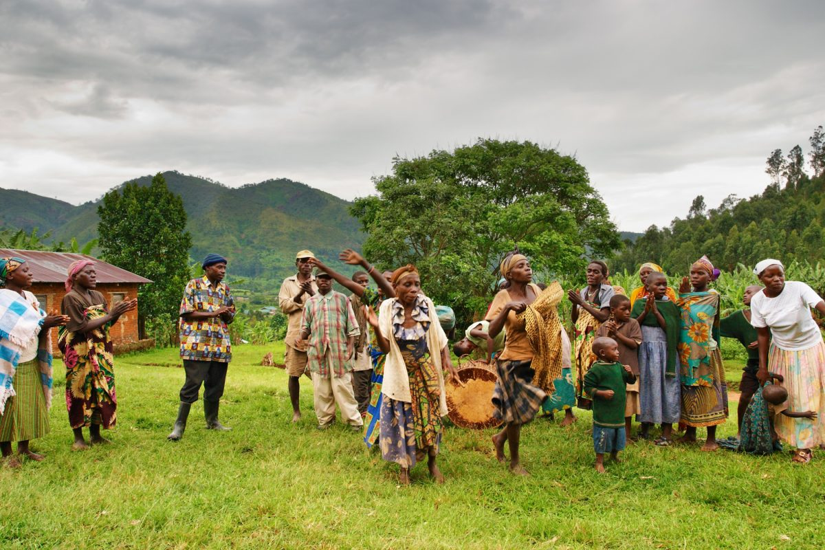 Bwindi-national-park-Uganda_Ethnic-dances-of-Batwa-pigmy