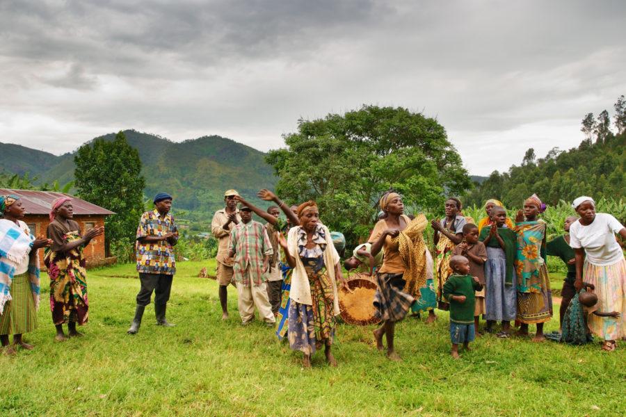 Bwindi-national-park-Uganda_Ethnic-dances-of-Batwa-pigmy