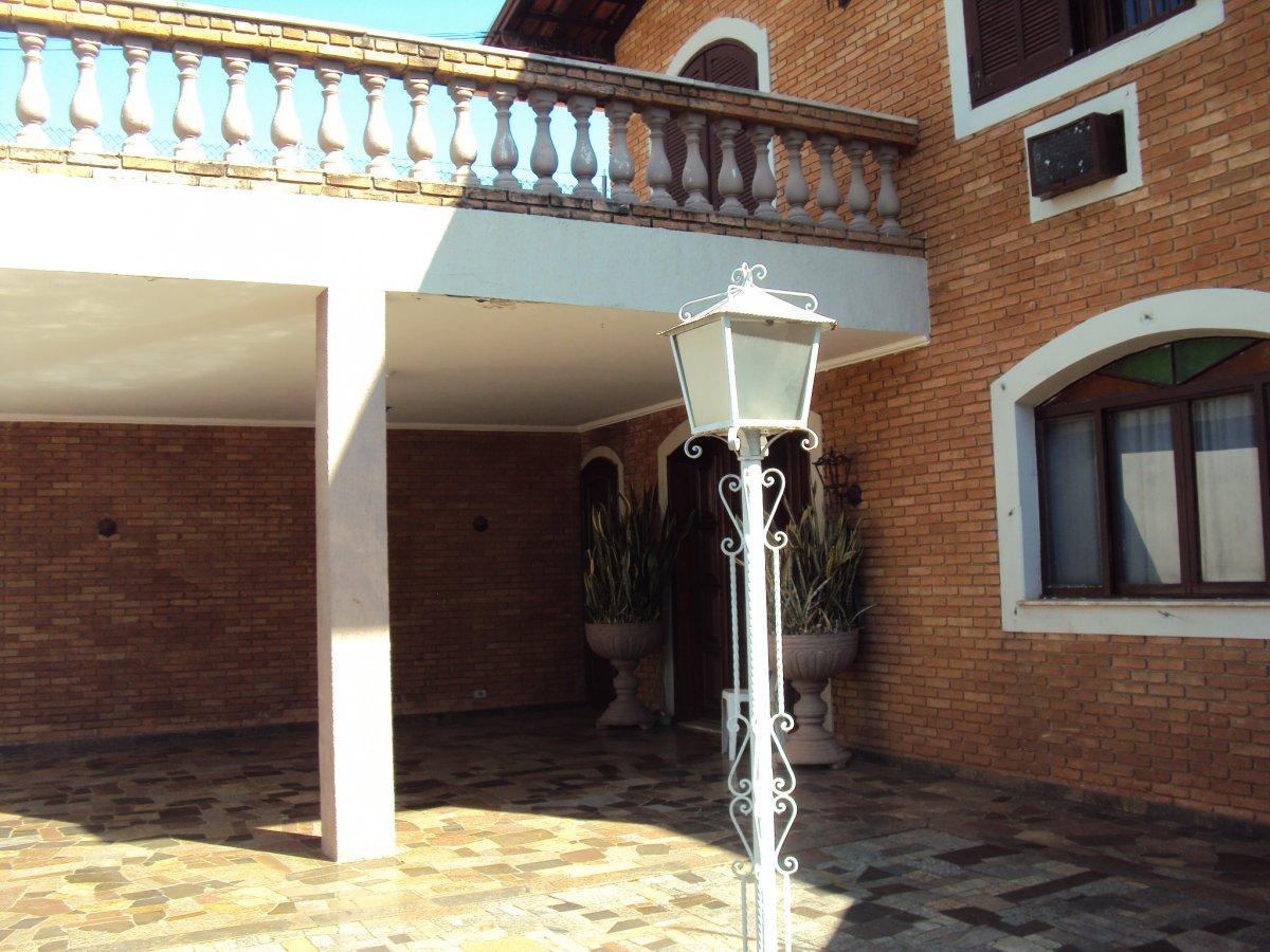 Casa a Venda no bairro Jardim Santana em Americana - SP. 2 banheiros, 3 dormitórios, 2 suítes, 6 vagas na garagem, 1 cozinha,  área de serviço,  sala