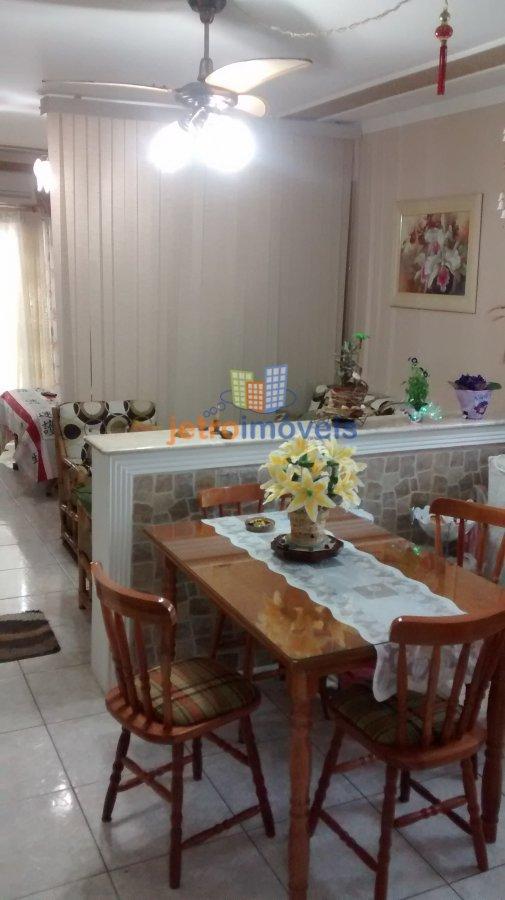 Apartamento a Venda e para Alugar no bairro Vila Tupi em Praia Grande - SP. 1 banheiro, 1 vaga na garagem, 1 cozinha,  sala de estar.