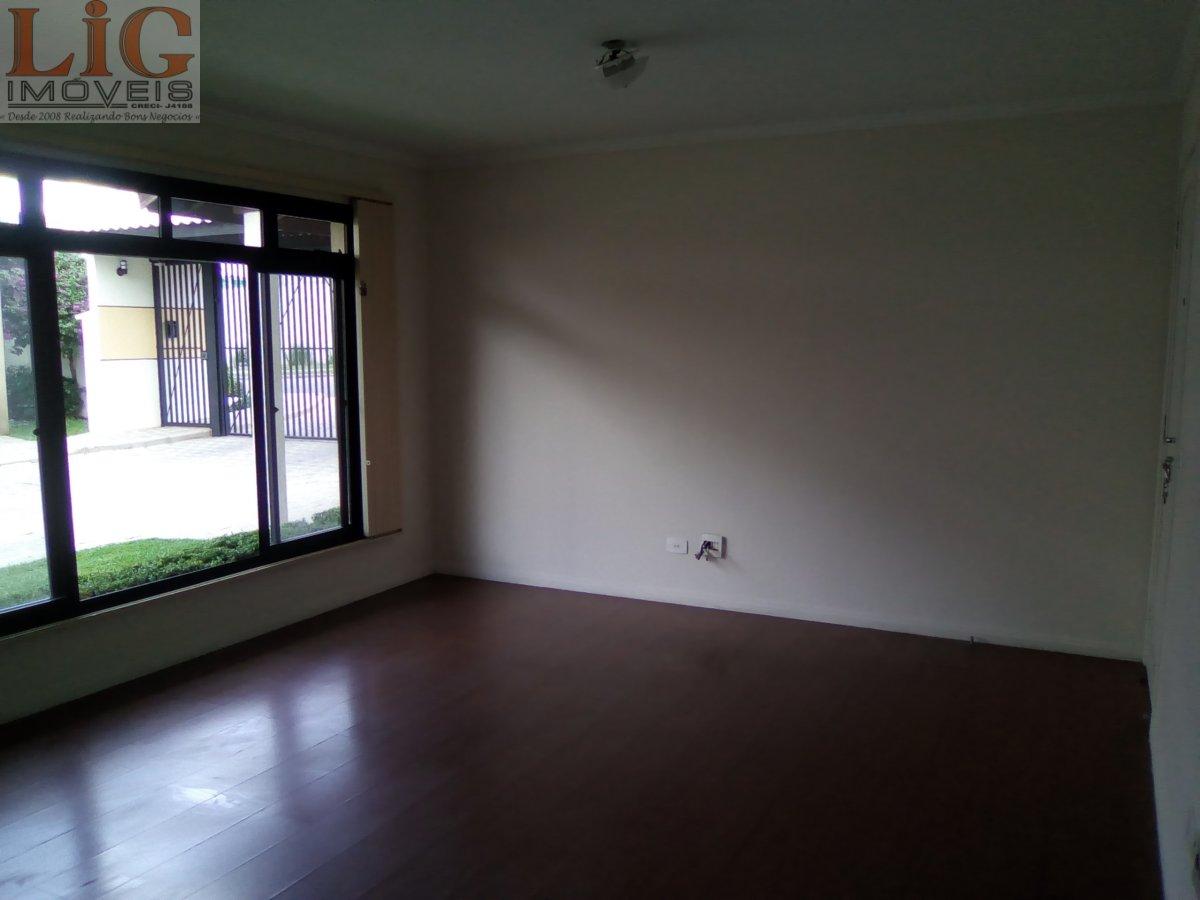 Sobrado a Venda no bairro Capão Raso em Curitiba - PR. 3 banheiros, 3 dormitórios, 1 suíte, 2 vagas na garagem, 1 cozinha,  área de serviço,  lavabo,
