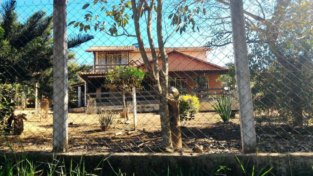 Chácara a Venda no bairro Chácaras Bom Retiro em Divinópolis - MG. 2 banheiros, 3 dormitórios, 1 suíte, 1 cozinha,  área de serviço,  sala de estar.