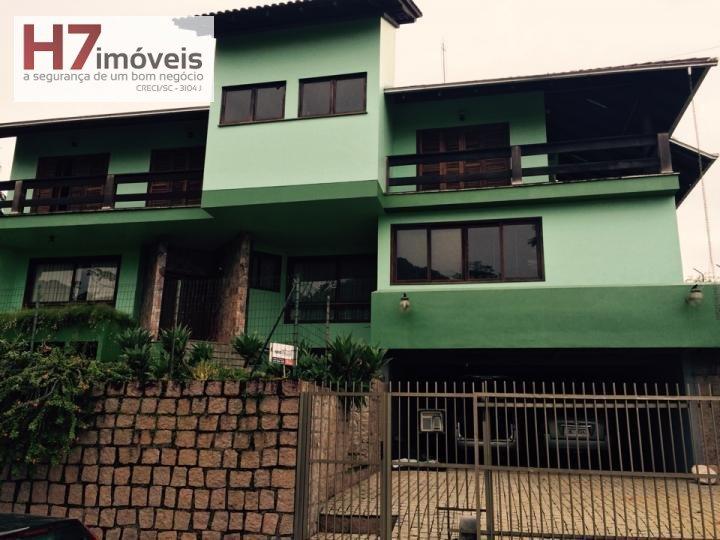 Casa a Venda no bairro Atiradores em Joinville - SC. 5 banheiros, 4 dormitórios, 4 suítes, 2 vagas na garagem, 1 cozinha,  closet,  área de serviço,