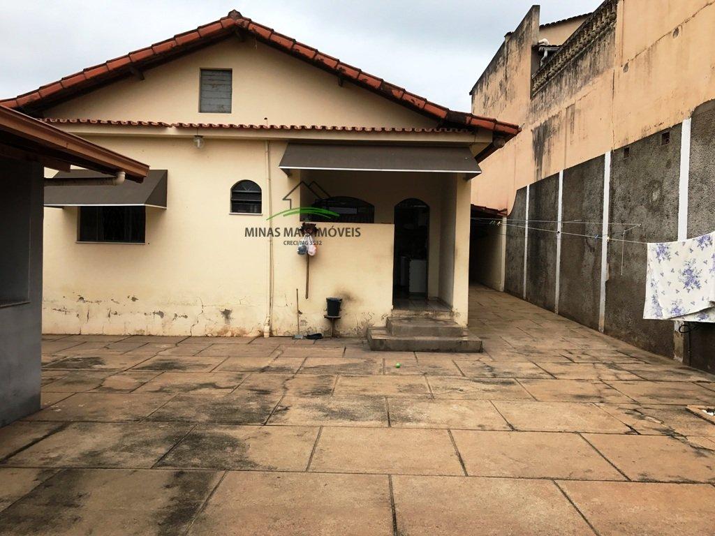 Casa a Venda no bairro Catalão em Divinópolis - MG. 3 banheiros, 3 dormitórios, 1 suíte, 2 vagas na garagem, 1 cozinha,  área de serviço,  copa,  sala