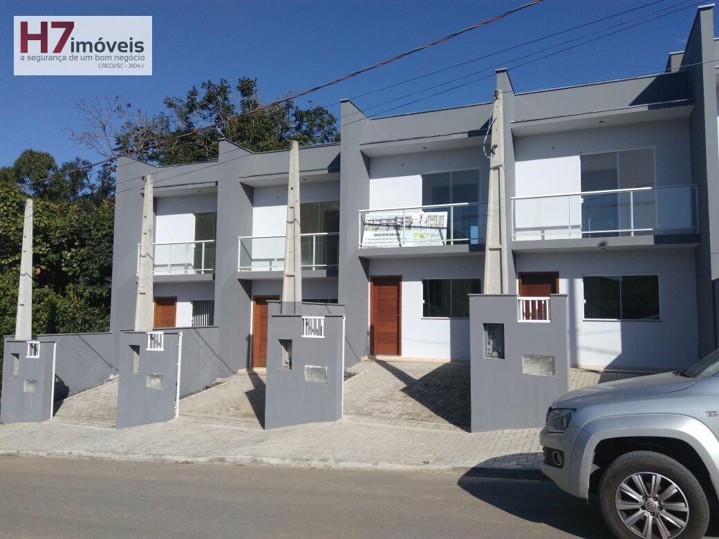 Casa a Venda no bairro Floresta em Joinville - SC. 2 banheiros, 2 dormitórios, 1 suíte, 1 vaga na garagem, 1 cozinha,  área de serviço,  lavabo,  sala