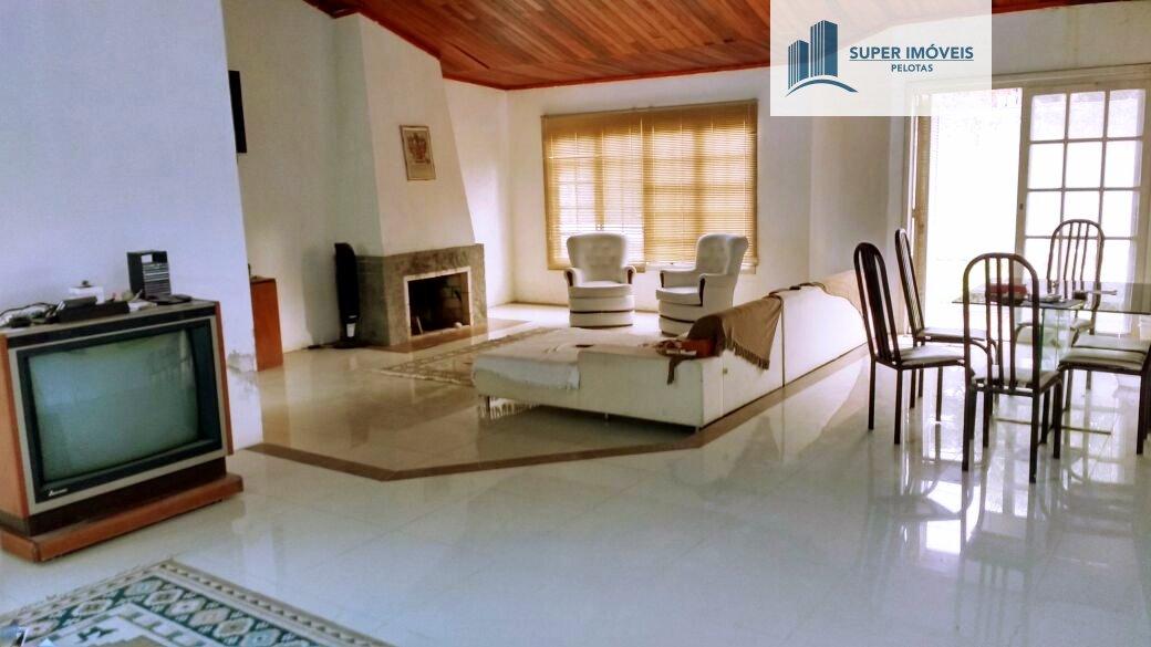 Casa a Venda no bairro Laranjal em Pelotas - RS. 3 banheiros, 3 dormitórios, 3 suítes, 4 vagas na garagem, 1 cozinha,  área de serviço,  lavabo,  sala