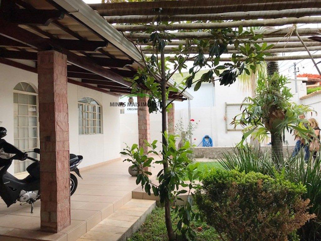 Casa a Venda no bairro Belvedere em Divinópolis - MG. 1 banheiro, 3 dormitórios, 1 vaga na garagem, 1 cozinha,  área de serviço,  copa,  sala de estar