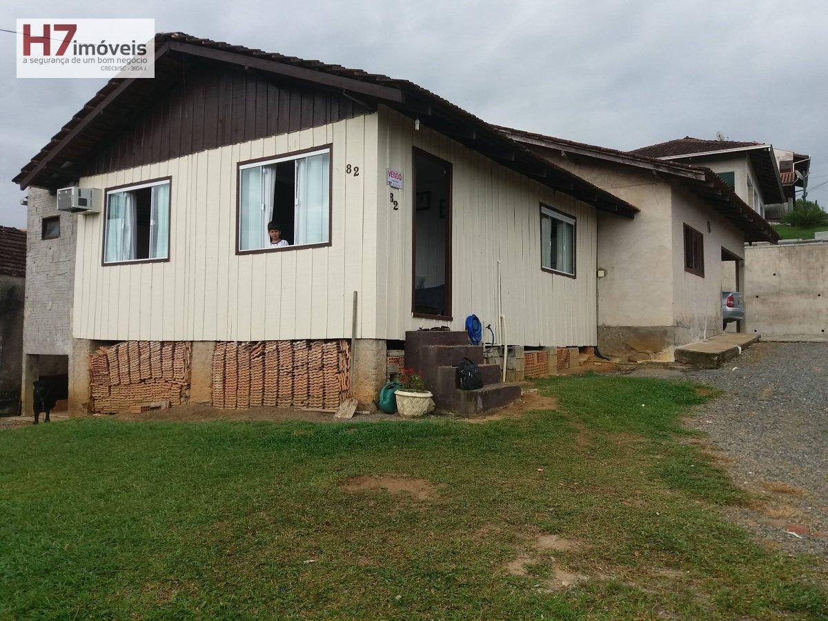 Casa a Venda no bairro Floresta em Joinville - SC. 1 banheiro, 3 dormitórios, 1 suíte, 1 vaga na garagem, 1 cozinha,  copa.