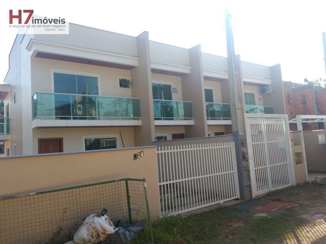 Casa a Venda no bairro Floresta em Joinville - SC. 1 banheiro, 3 dormitórios, 1 suíte, 1 vaga na garagem, 1 cozinha,  área de serviço.
