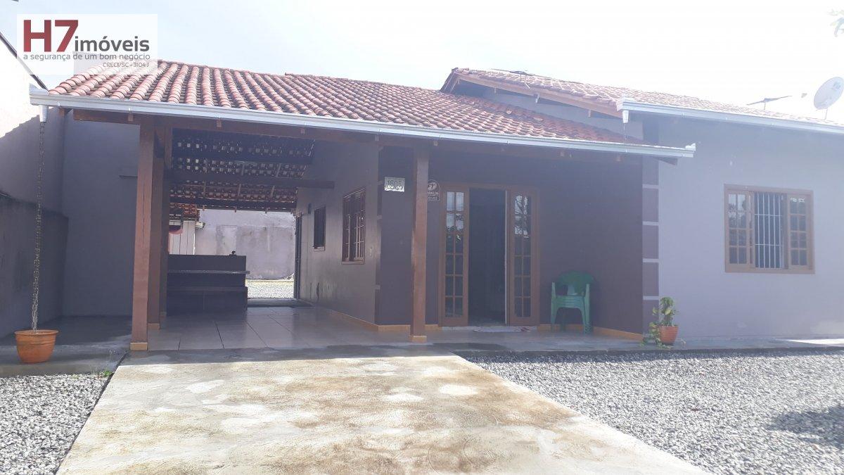 Casa a Venda no bairro Espinheiros em Joinville - SC. 1 banheiro, 3 dormitórios, 1 vaga na garagem, 1 cozinha,  lavabo.
