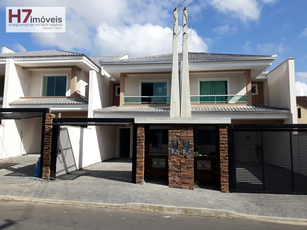 Casa a Venda no bairro Costa e Silva em Joinville - SC. 1 banheiro, 3 dormitórios, 1 suíte, 2 vagas na garagem, 1 cozinha,  lavabo.