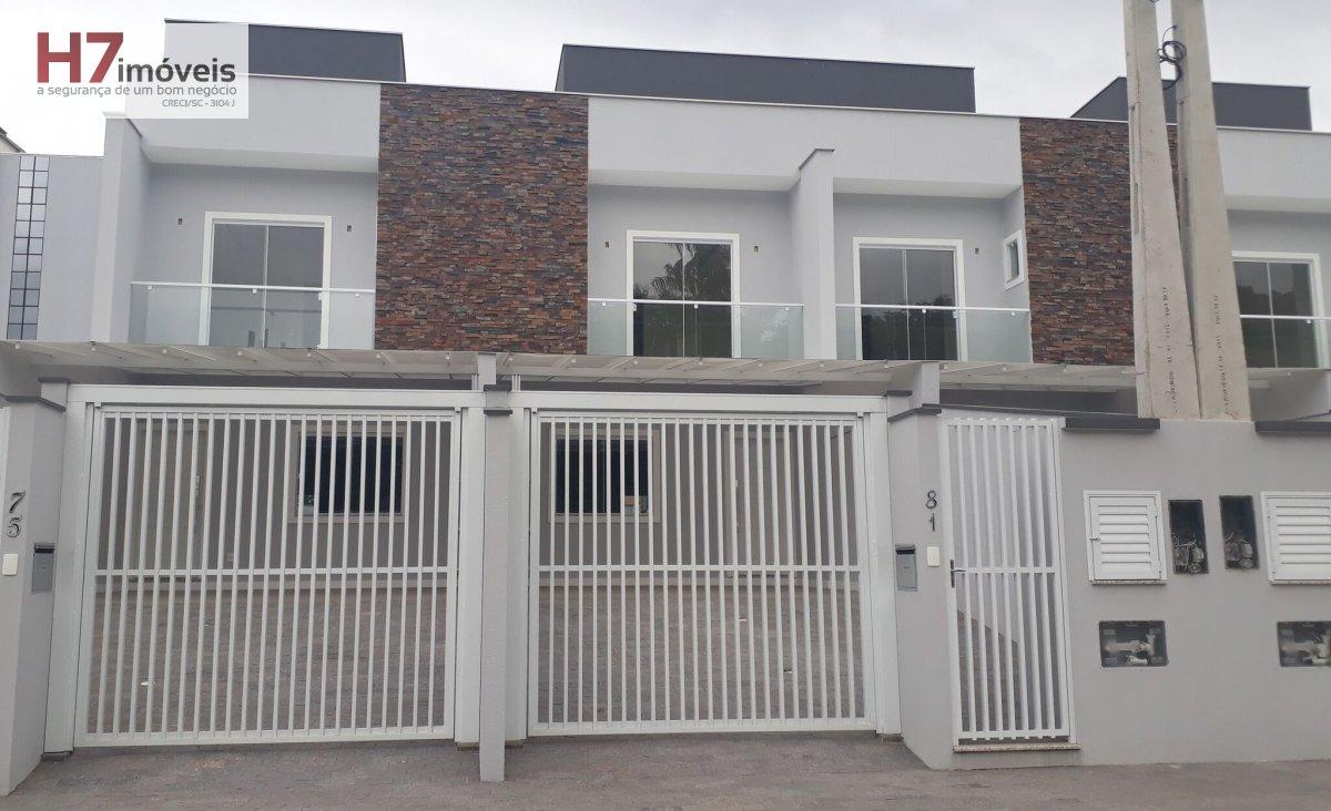 Casa a Venda no bairro América em Joinville - SC. 1 banheiro, 3 dormitórios, 1 suíte, 2 vagas na garagem, 1 cozinha,  lavabo.