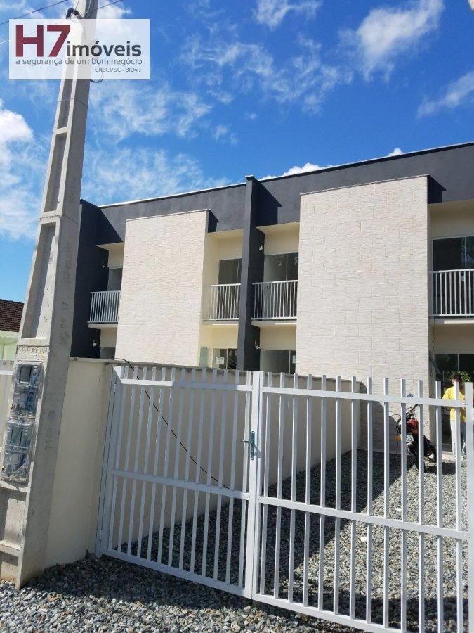 Casa a Venda no bairro Petrópolis em Joinville - SC. 1 banheiro, 2 dormitórios, 2 vagas na garagem, 1 cozinha,  área de serviço,  sala de jantar.