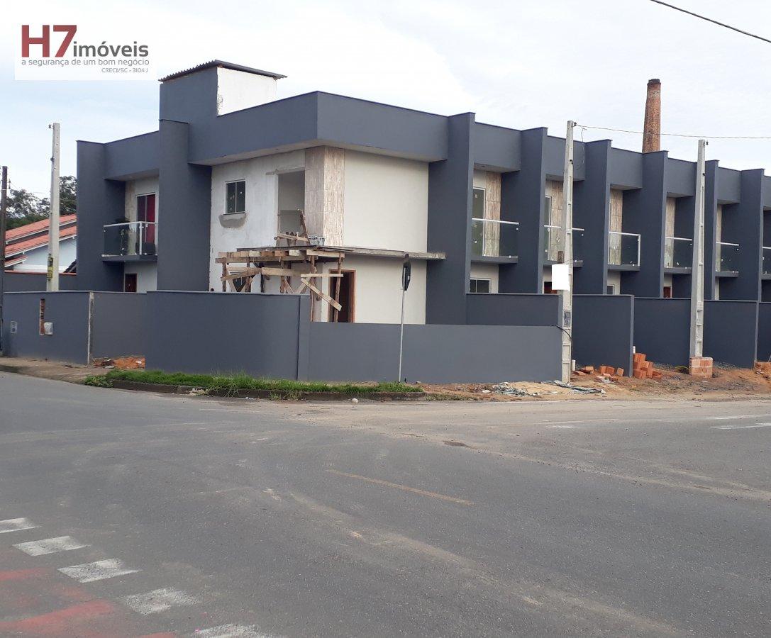 Casa a Venda no bairro Adhemar Garcia em Joinville - SC. 1 banheiro, 2 dormitórios, 1 vaga na garagem,  lavabo.