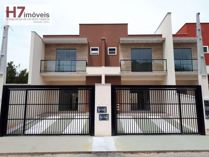 Casa a Venda no bairro Glória em Joinville - SC. 2 banheiros, 3 dormitórios, 1 suíte, 2 vagas na garagem, 1 cozinha,  área de serviço,  copa,  lavabo,