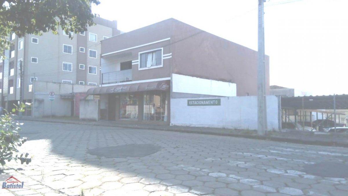 Ponto comercial a Venda no bairro Centro em Campo Largo - PR. 2 banheiros, 4 dormitórios, 1 suíte, 1 vaga na garagem, 2 cozinhas,  área de serviço.  -
