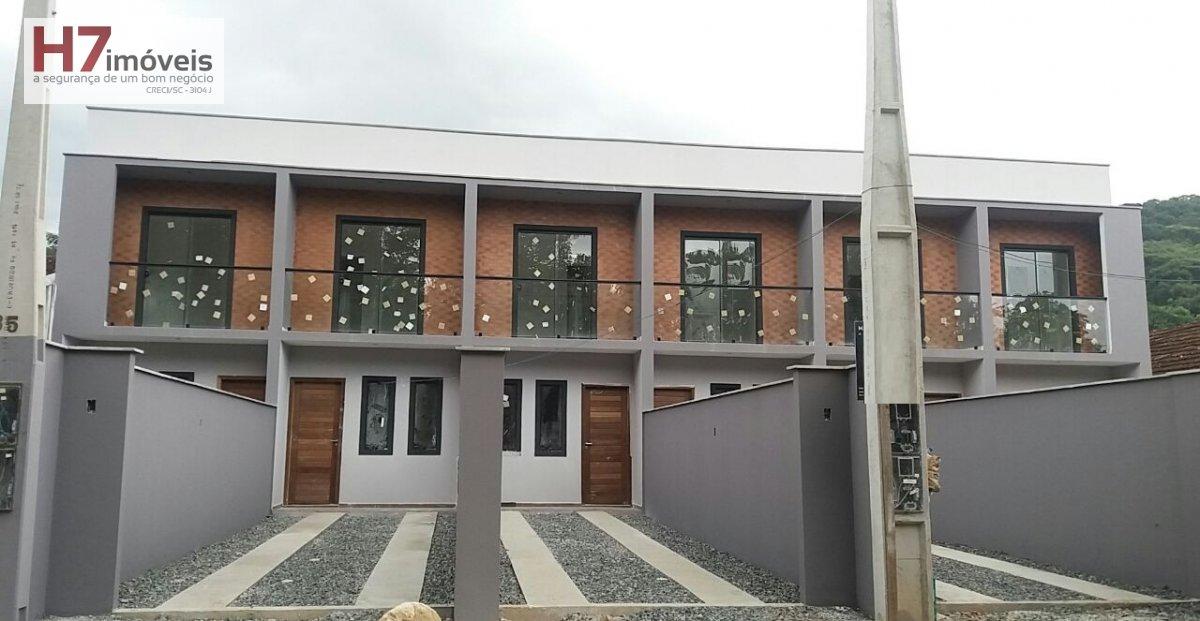 Casa a Venda no bairro Pirabeiraba em Joinville - SC. 1 banheiro, 2 dormitórios, 2 vagas na garagem, 1 cozinha,  área de serviço,  lavabo.
