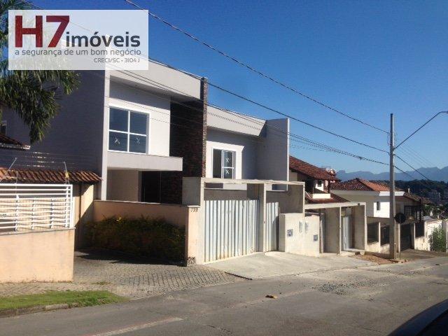 Casa a Venda no bairro Bom Retiro em Joinville - SC. 2 banheiros, 4 dormitórios, 2 suítes, 4 vagas na garagem, 1 cozinha,  área de serviço,  lavabo.