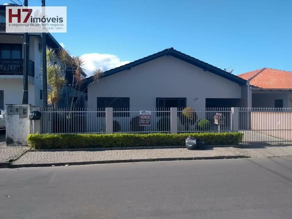 Casa a Venda no bairro Aventureiro em Joinville - SC. 1 banheiro, 3 dormitórios, 1 vaga na garagem, 1 cozinha,  área de serviço,  sala de estar,  sala
