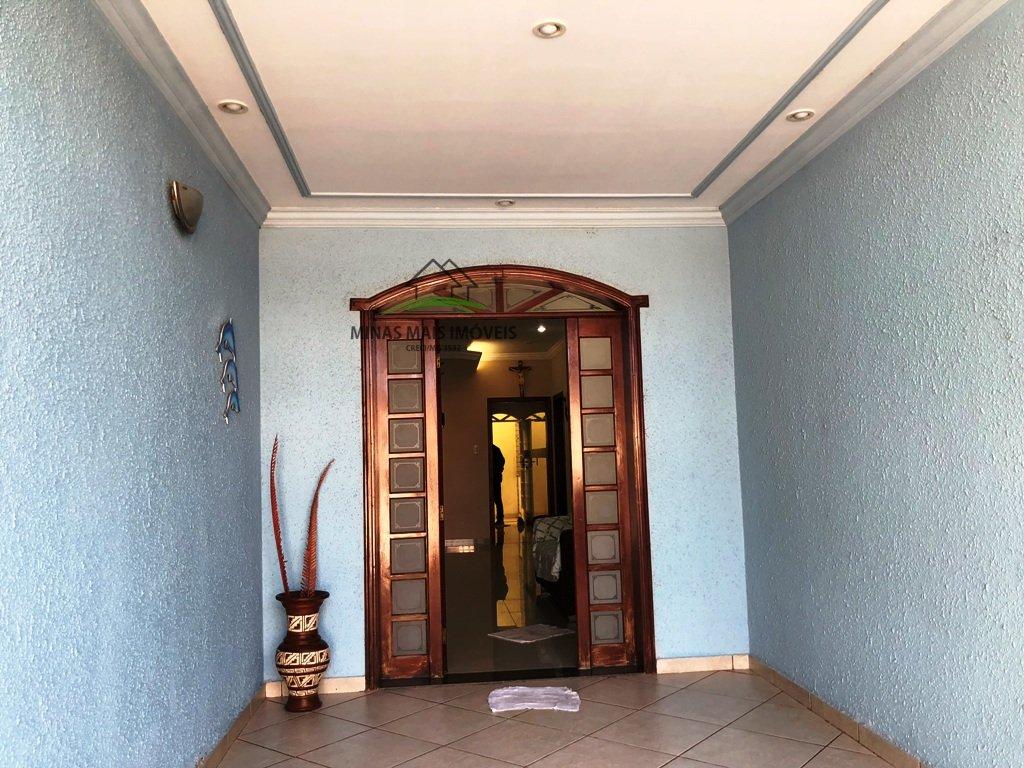 Casa a Venda no bairro Bom Pastor em Divinópolis - MG. 2 banheiros, 3 dormitórios, 1 vaga na garagem, 1 cozinha,  área de serviço,  copa,  sala de tv.