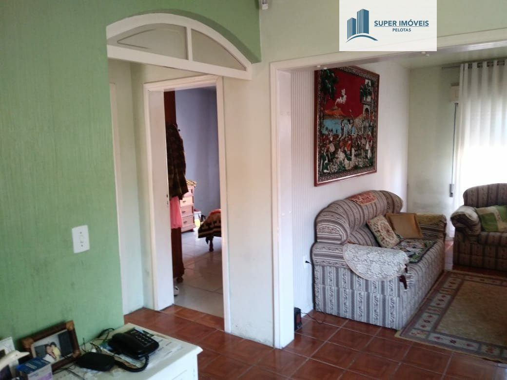 Casa a Venda no bairro Três Vendas em Pelotas - RS. 2 banheiros, 3 dormitórios, 1 vaga na garagem, 1 cozinha,  área de serviço,  sala de tv,  sala de