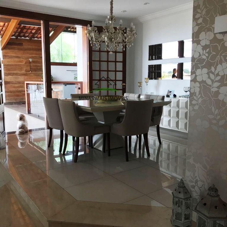 Casa a Venda no bairro Planalto em Divinópolis - MG. 2 banhe