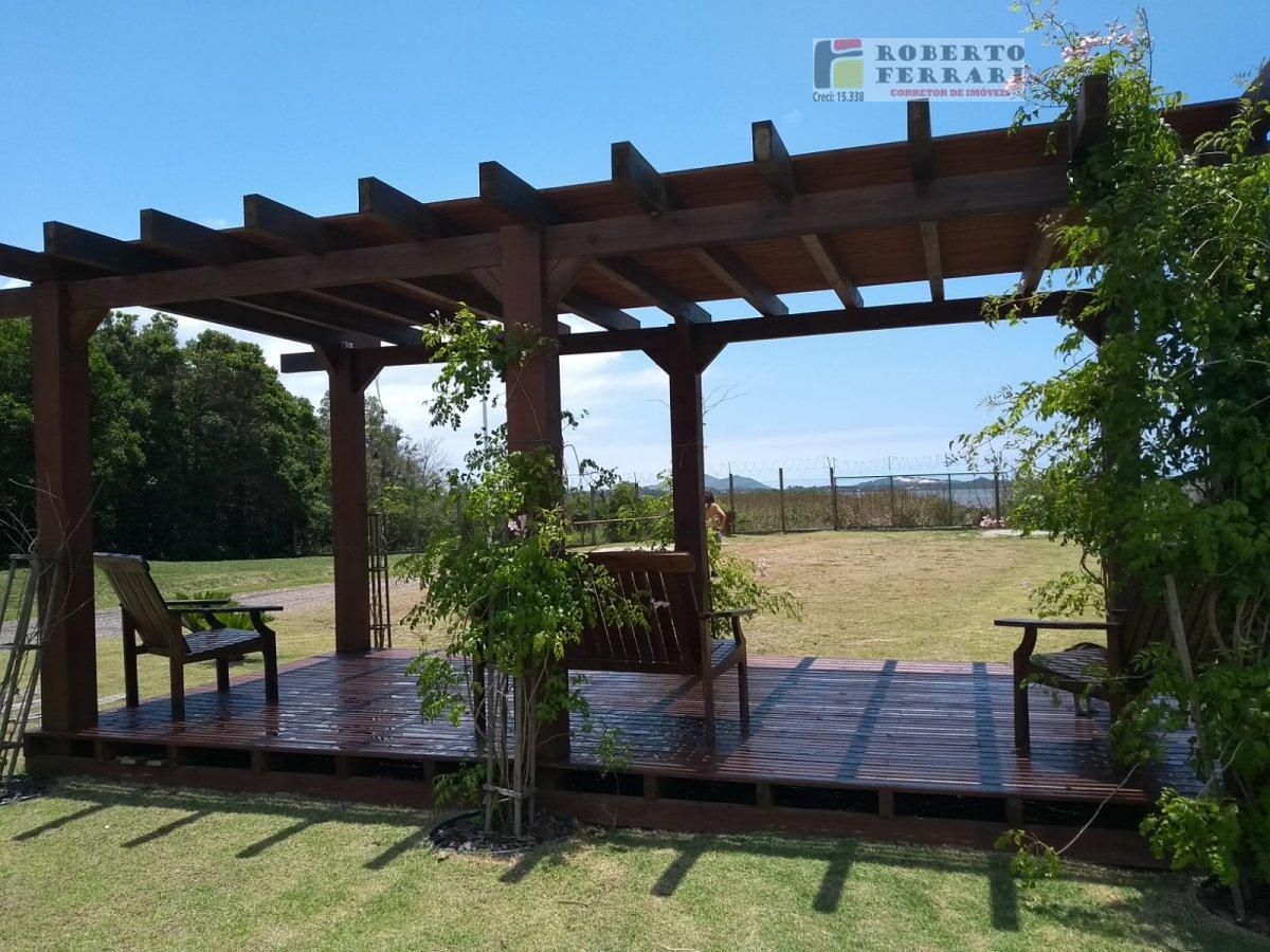 Casa a Venda no bairro Araçatuba em Imbituba - SC. 2 banheiros, 3 dormitórios, 1 suíte, 2 vagas na garagem, 1 cozinha,  closet,  área de serviço,  cop