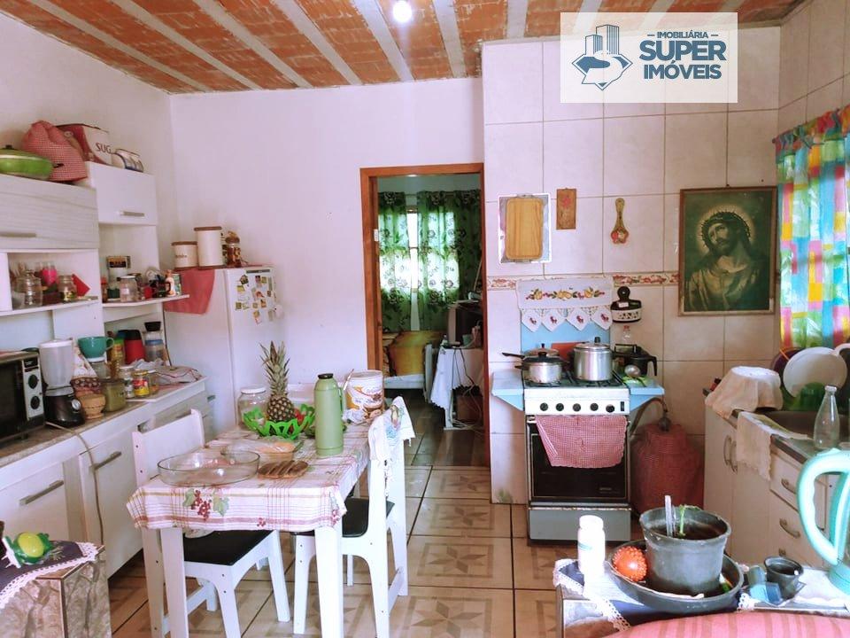 Casa a Venda no bairro Centro em Pelotas - RS. 2 banheiros, 2 dormitórios, 1 suíte, 3 vagas na garagem, 2 cozinhas,  área de serviço,  sala de estar,