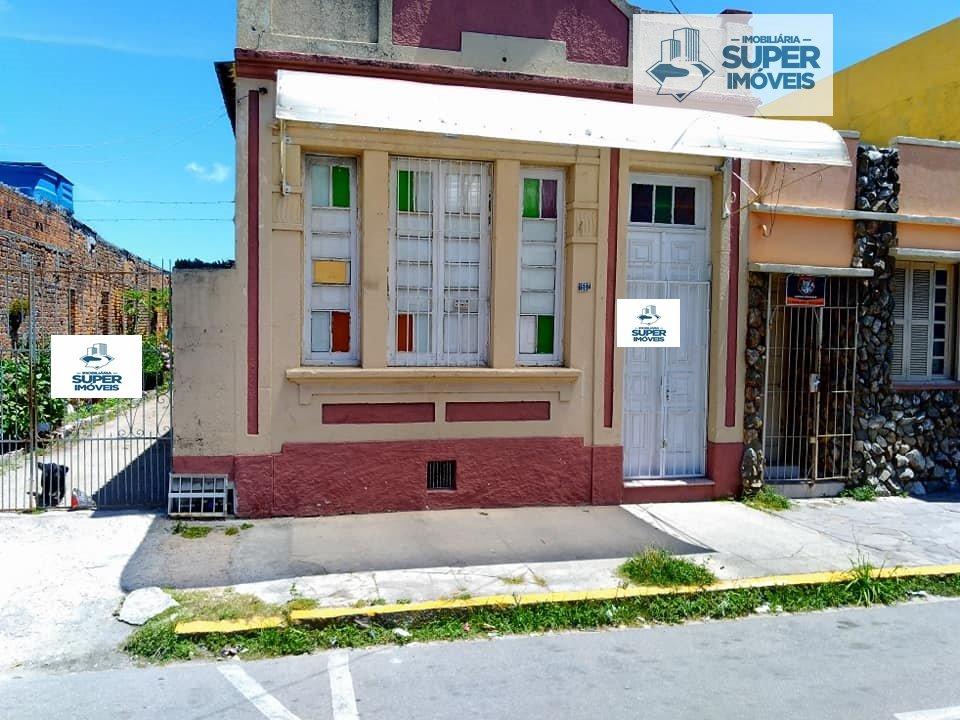 Casa a Venda no bairro Centro em Pelotas - RS. 2 banheiros, 4 dormitórios, 3 vagas na garagem, 2 cozinhas,  área de serviço,  sala de estar,  sala de