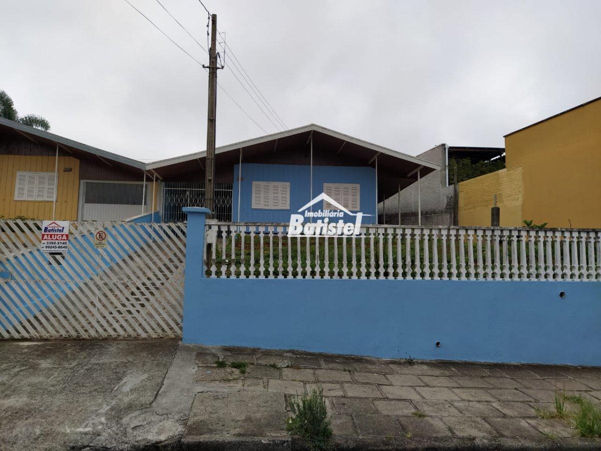 Casa para Alugar no bairro Centro em Campo Largo - PR. 1 banheiro, 3 dormitórios, 2 vagas na garagem, 1 cozinha,  área de serviço,  sala de estar.  -