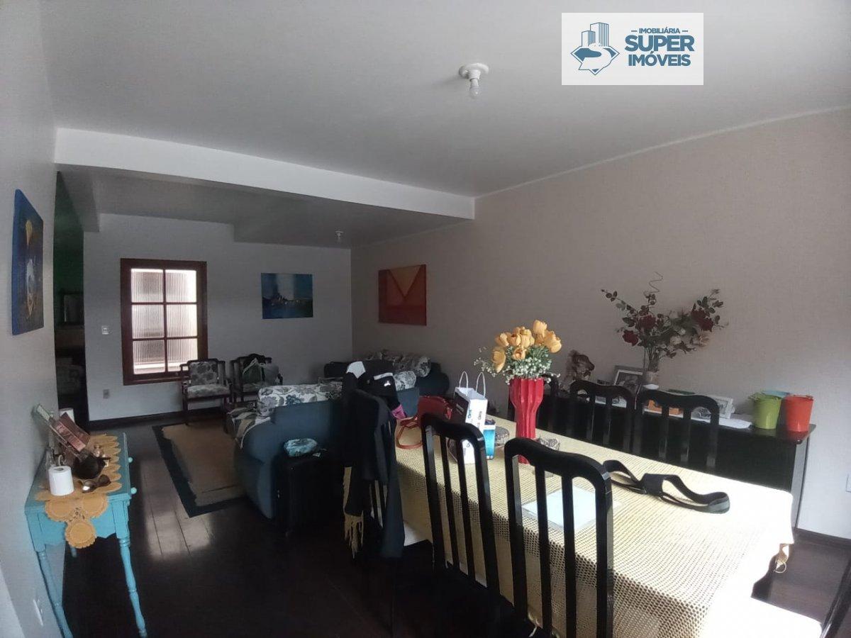 Casa a Venda no bairro Centro em Pelotas - RS. 5 banheiros, 4 dormitórios, 4 suítes, 3 vagas na garagem, 2 cozinhas,  closet,  área de serviço,  sala