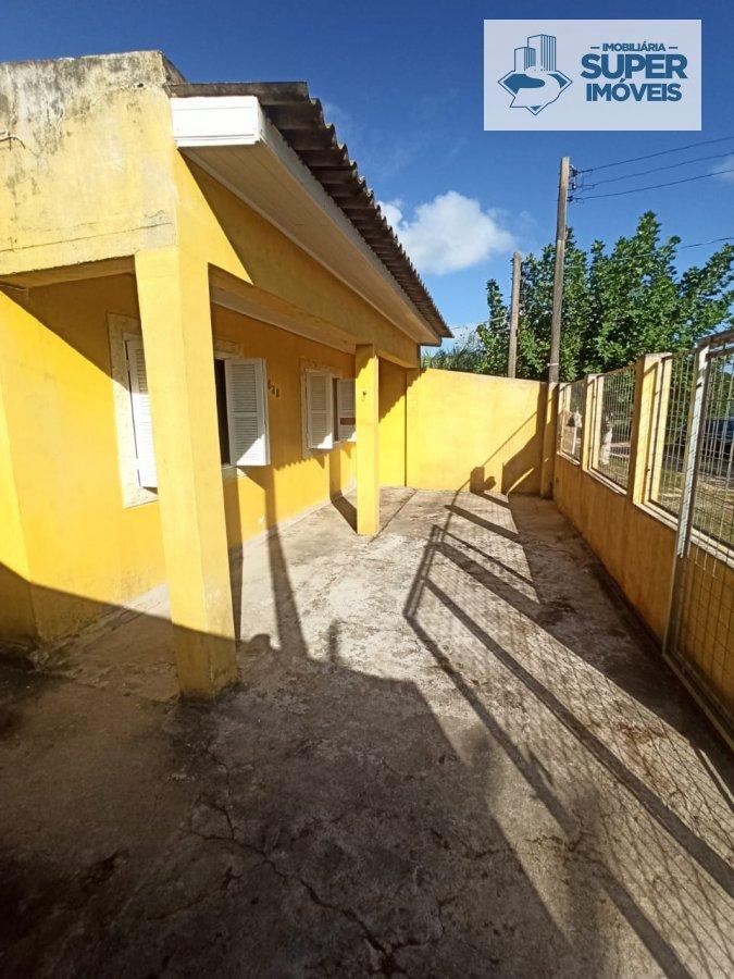 Casa a Venda no bairro Cassino em Rio Grande - RS. 1 banheiro, 3 dormitórios, 2 vagas na garagem, 1 cozinha,  área de serviço,  sala de estar,  sala d