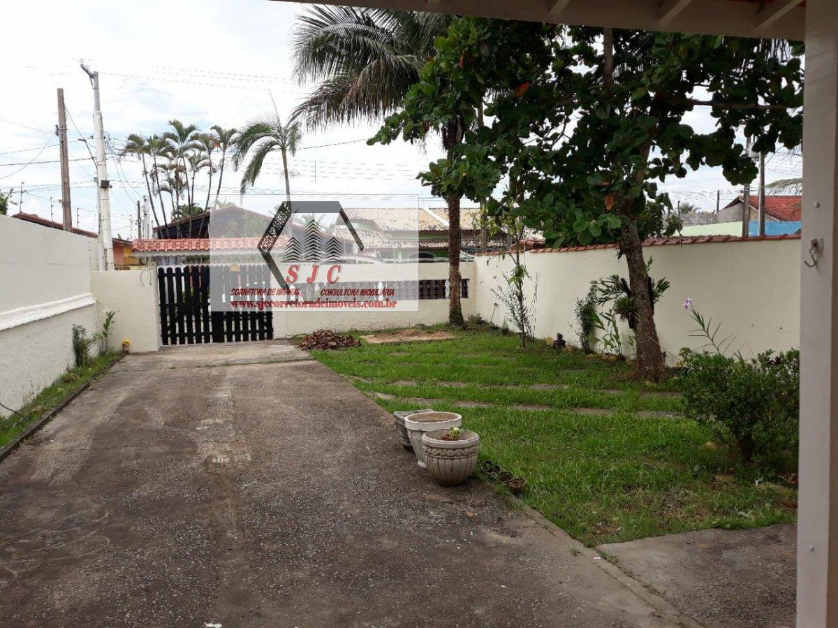 Casa a Venda no bairro Itanhaém em Santos - SP. 1 banheiro, 4 dormitórios, 3 suítes, 6 vagas na garagem, 1 cozinha,  área de serviço,  sala de tv.  -