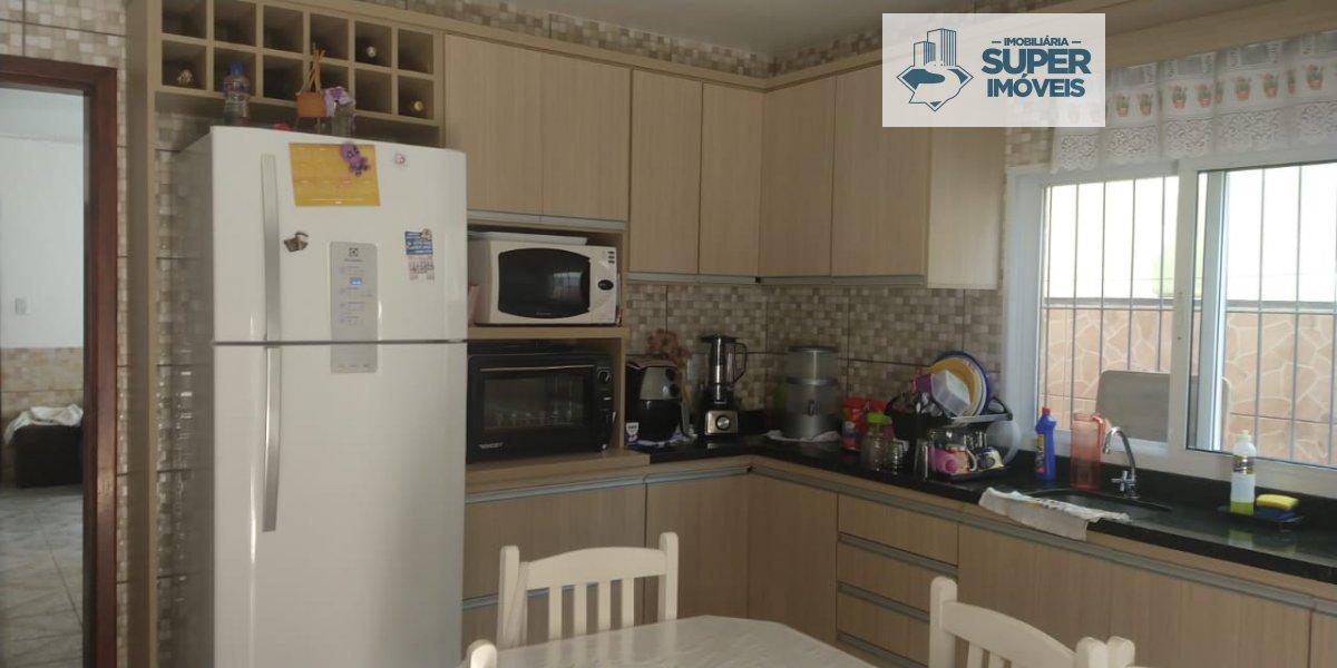 Casa a Venda no bairro Fragata em Pelotas - RS. 3 banheiros, 3 dormitórios, 1 vaga na garagem, 1 cozinha,  área de serviço,  sala de estar,  sala de j